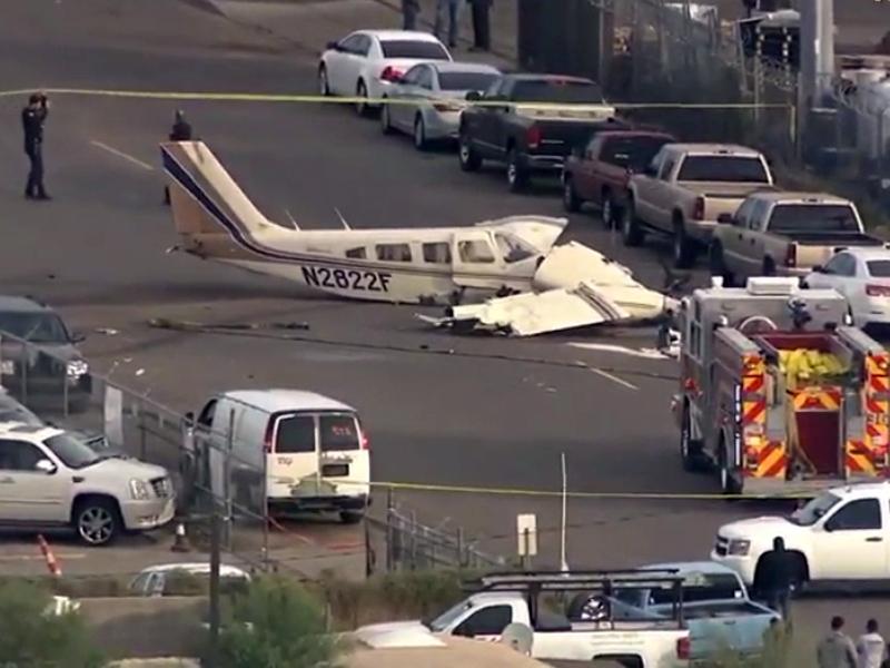 小型飞机横在马路中间,一侧机翼已经四分五裂,机头部分受损严重。 (网图)