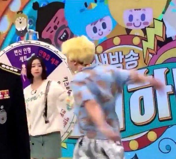 崔榮秀被彩妍拉一下後,即大力還擊女方。