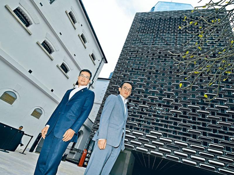馬會慈善及社區事務執行總監張亮(左)表示,活化大館要呈現真實歷史原貌,以及新舊建築融合;馬會項目經理李文亮(右)亦指,活化工作需要靈活變通。