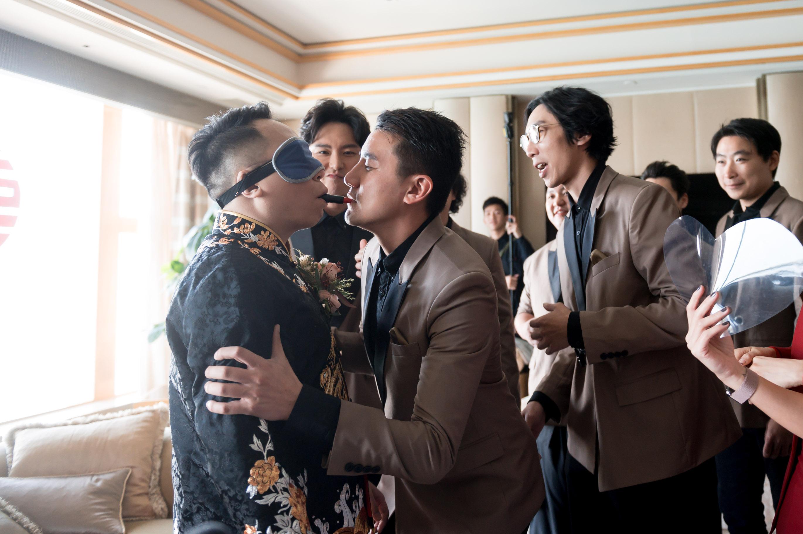 玩新郎環節,C君蒙眼幫兄弟洪永城塗紅唇膏。