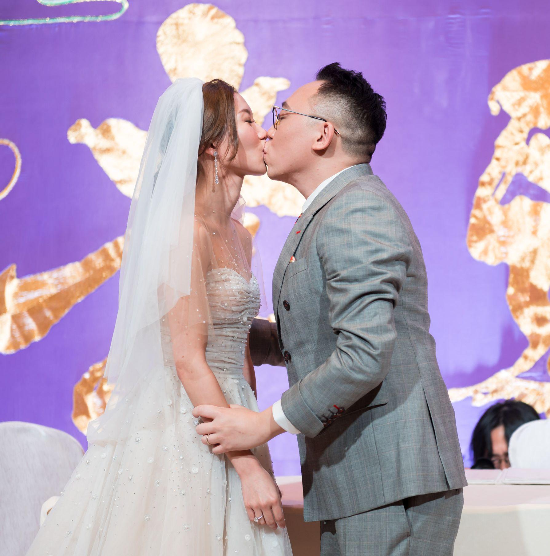 C君與黃天頤在註冊儀式上,甜蜜一吻。
