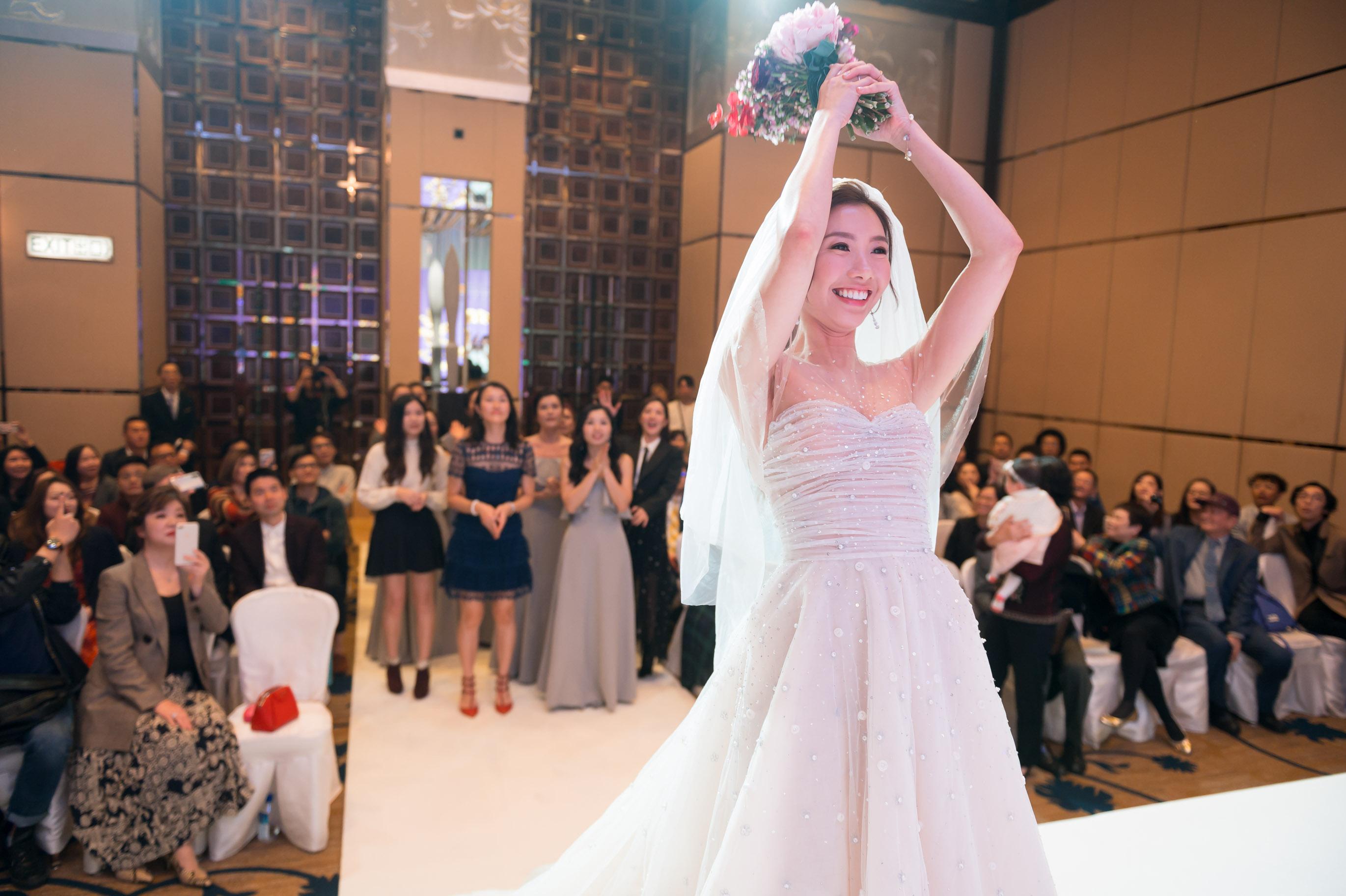 儀式完成後,新娘黃天頤拋花球。