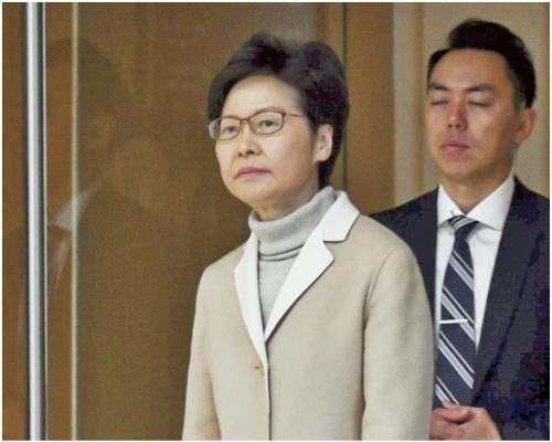 林鄭啟程上京述職4日 抵機場時無回應提問