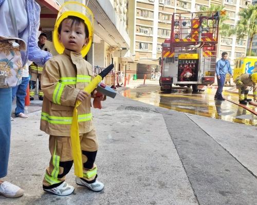 【Kelly Online】觀塘樂華南邨火警 小小消防員「落場」幫手?