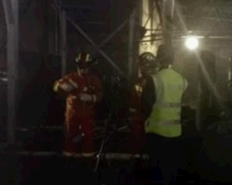 救援人員連夜搜救。網圖