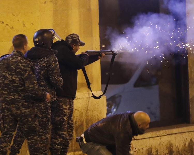 示威者与警方爆发冲突场面混乱。
