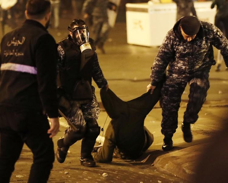 部分示威者被殴打及被拘捕。
