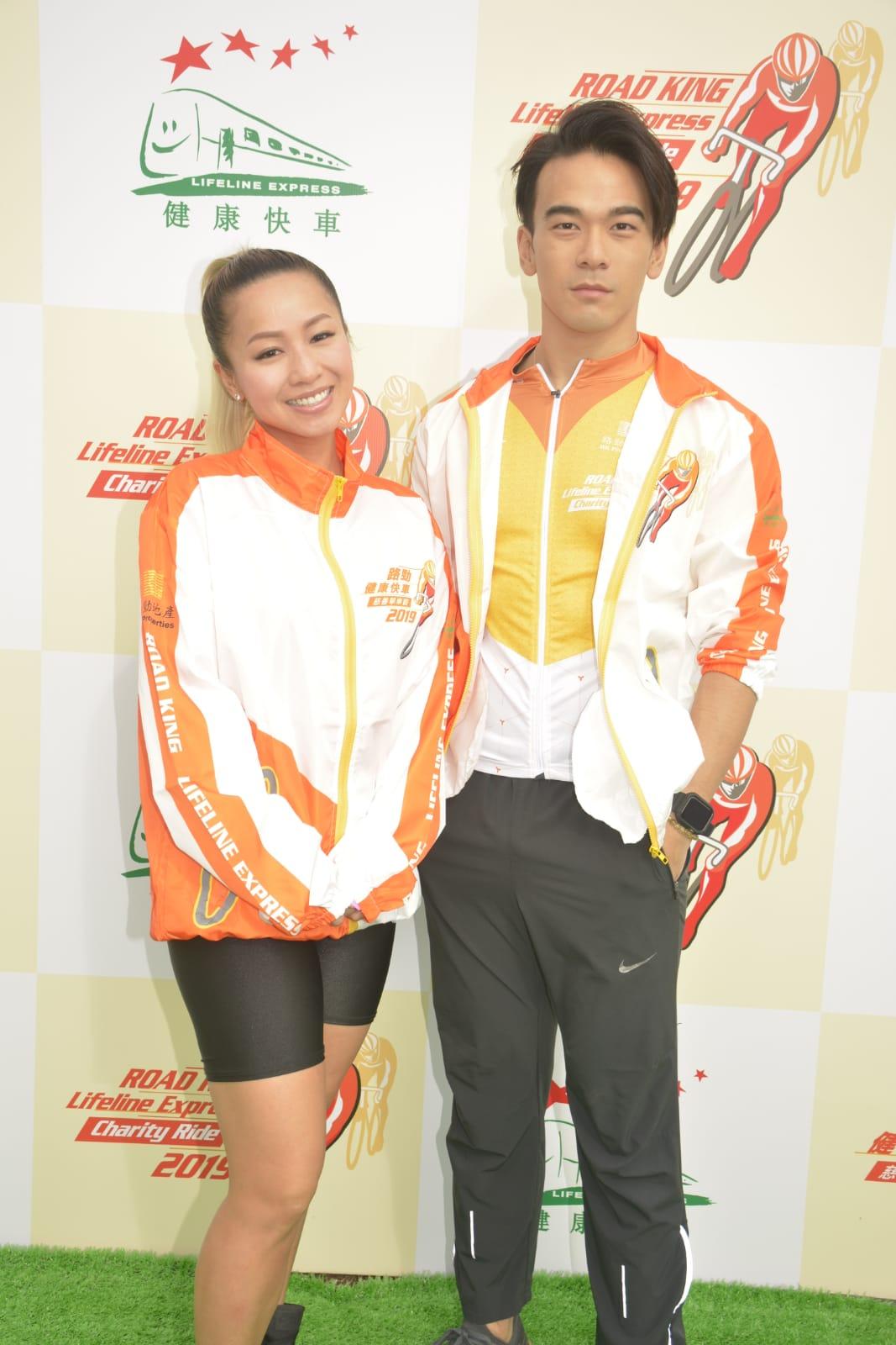 龐景峰(右)與鄭融一同出席慈善兒童單車比賽。