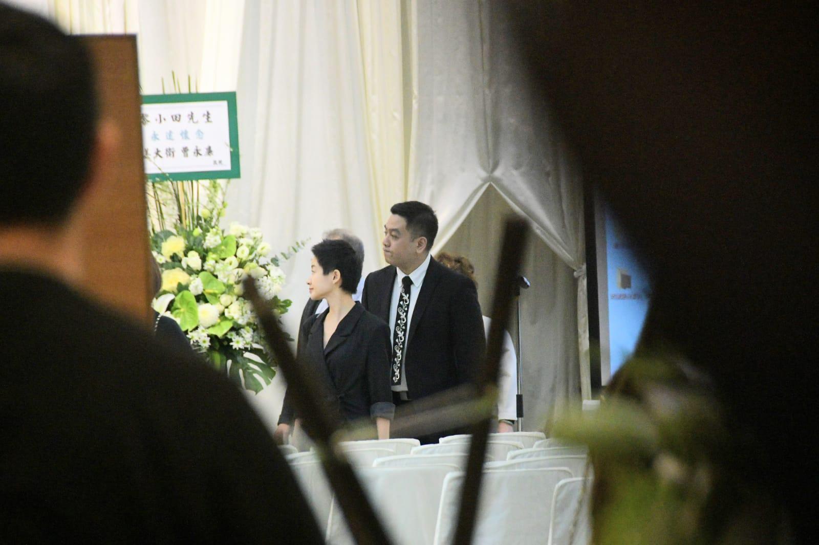 小田兒子黎兆斌及媳婦林寄韻到靈堂打點。