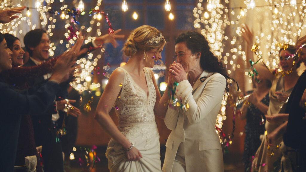 女同性恋者接吻镜头惹议。