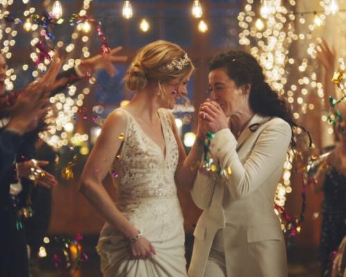 鏡頭現女同性戀者教堂接吻畫面 電視台抽起廣告