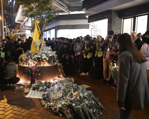 【修例風波】網民太古廣場外發起梁凌杰追悼會 大批市民到場獻花