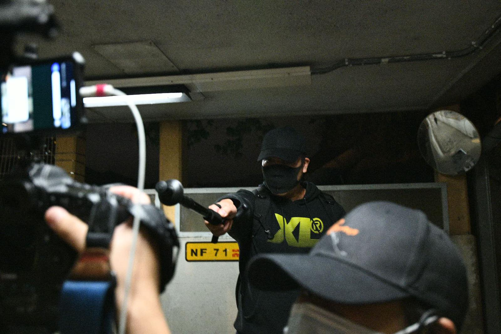 【和你Shop】沙田新城市有懷疑便衣警被包圍 手持疑似伸縮警棍