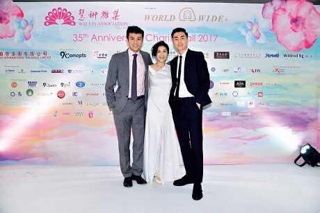 前年舉行的慧妍雅集慈善晚會,長子林建億(左)及次子林建龍(右)也有陪媽咪王愛倫出席。