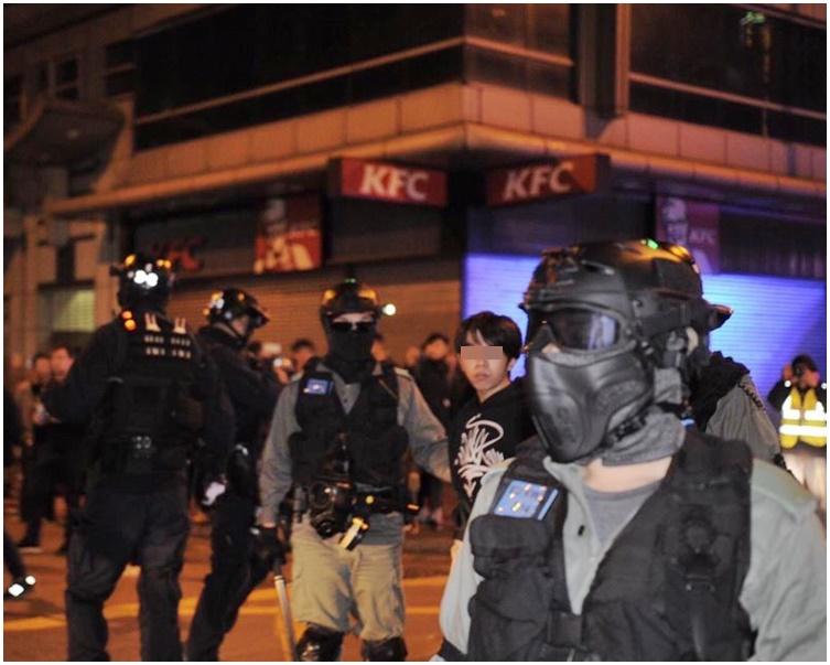 警方在砵蘭街一食肆內制服並帶走一名少年。浸大編委FB圖片