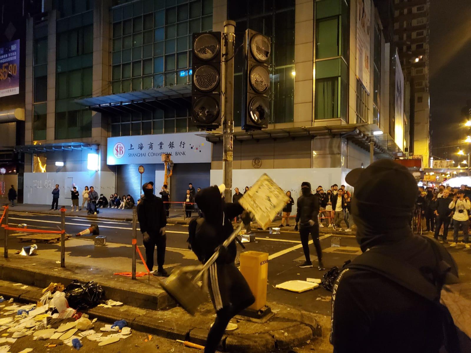 【修例風波】旺角堵路縱火濃煙4米高 學生記者顴骨疑中催淚彈