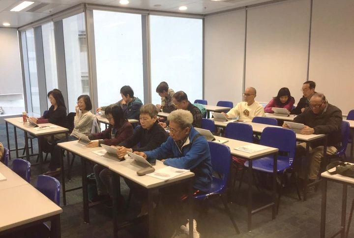 導師在課堂上教導長者學習使用平板電腦瀏覽資訊。(圖片由公大提供)