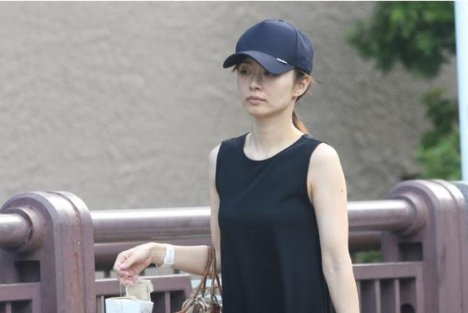 伊藤綾子平時出街十分樸素。