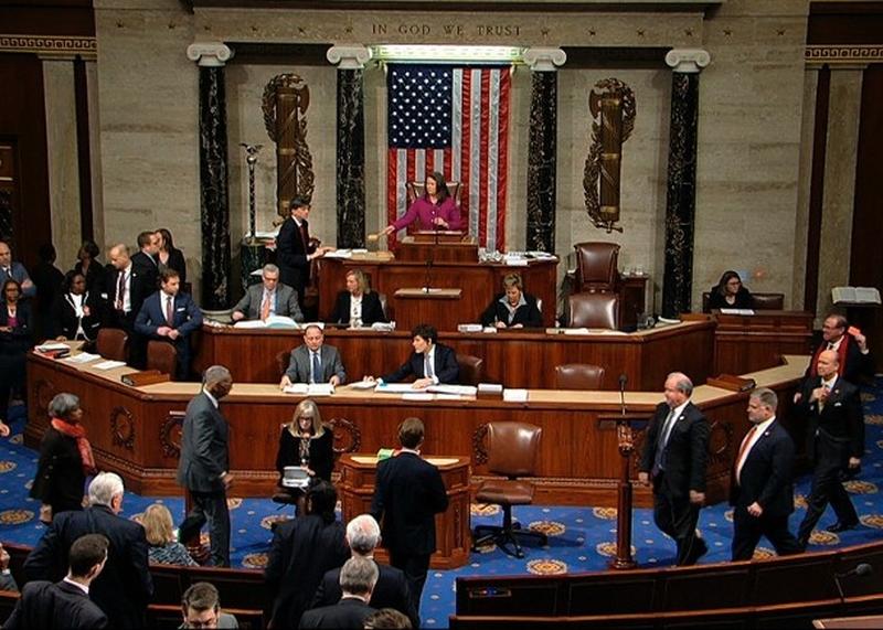 众议院表决弹劾条款。