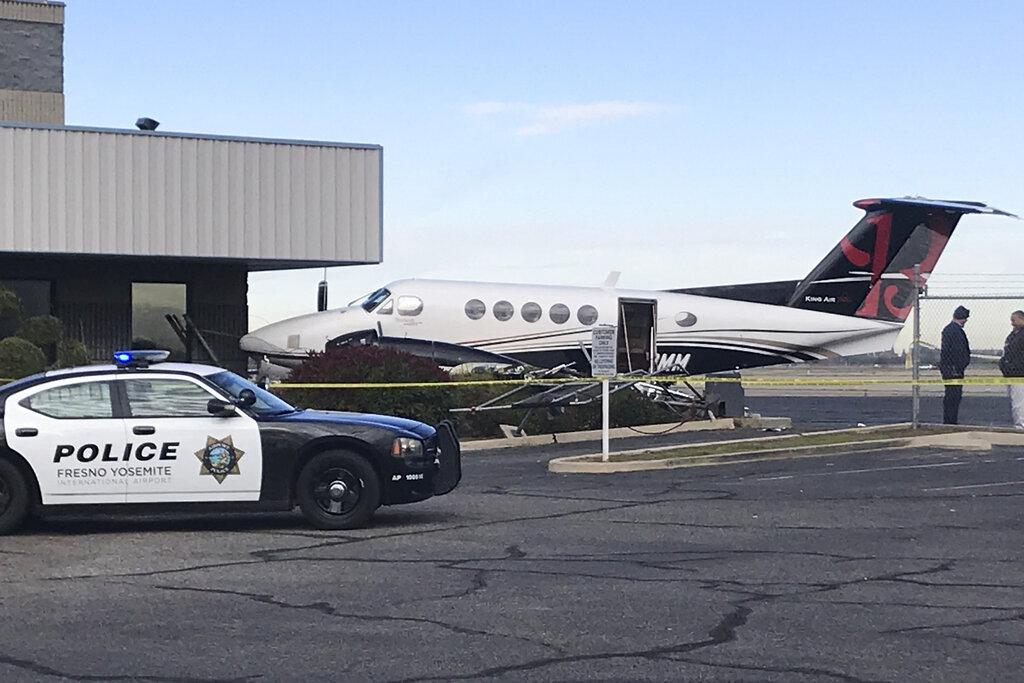 飞机撞栏的位置,距离商用客运大楼和军用区大约0.4公里。