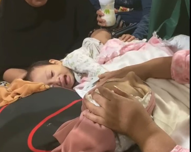 1岁半女儿还不知妈妈已撒手人寰,在床边不断大哭。fb