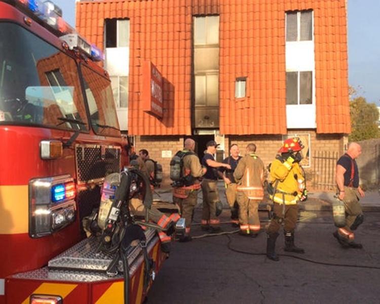 大批消防员赶至。