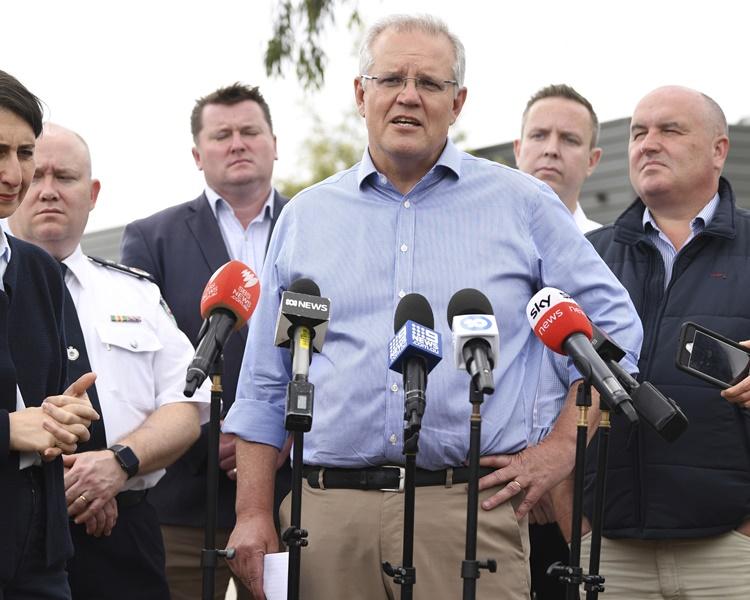 莫里森周日早上亲自前往视察新南威尔斯省消防总部。