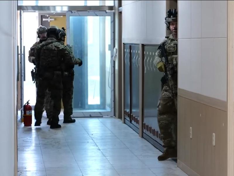 美韩特种部队突袭基地。影片截图