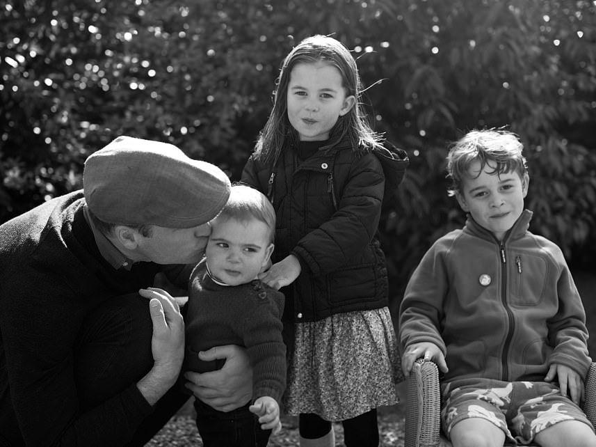 威廉王子与3名孩子的黑白合照。网图