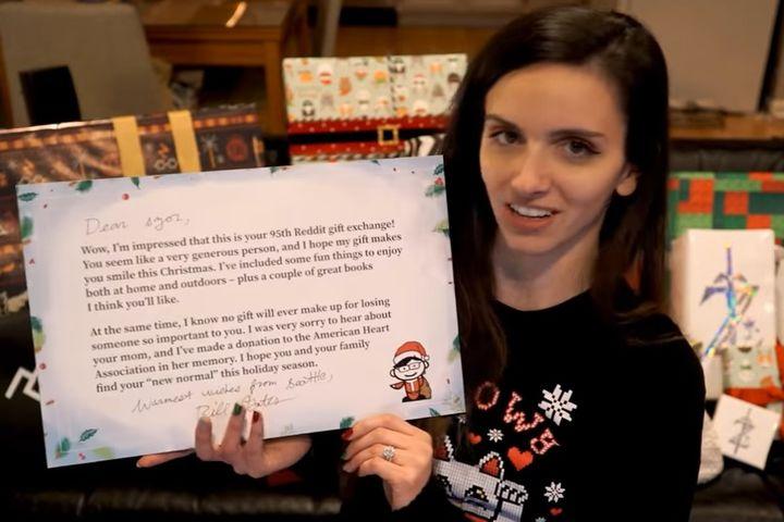 雪比展示有比尔盖茨签署的心意卡。(网上图片)
