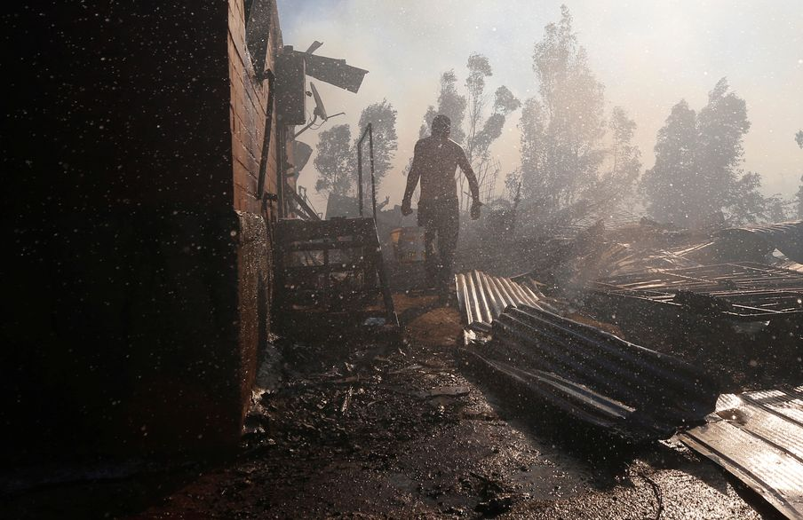 智利着名观光城市瓦尔帕莱索在平安夜受到山火波及。