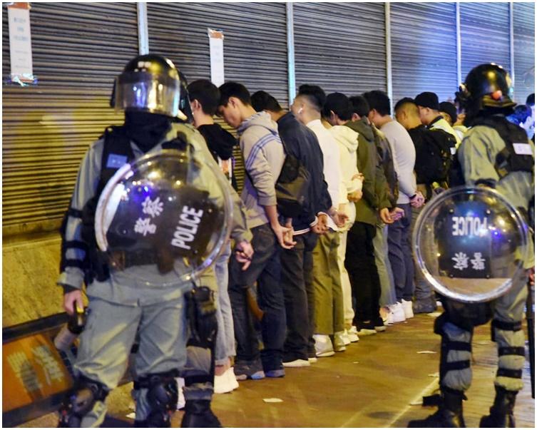 警方在惠豐中心外截查十多人。