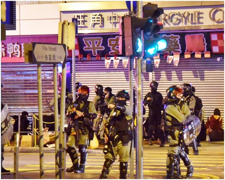 警方在旺角中心對開的快富街截查數十人。