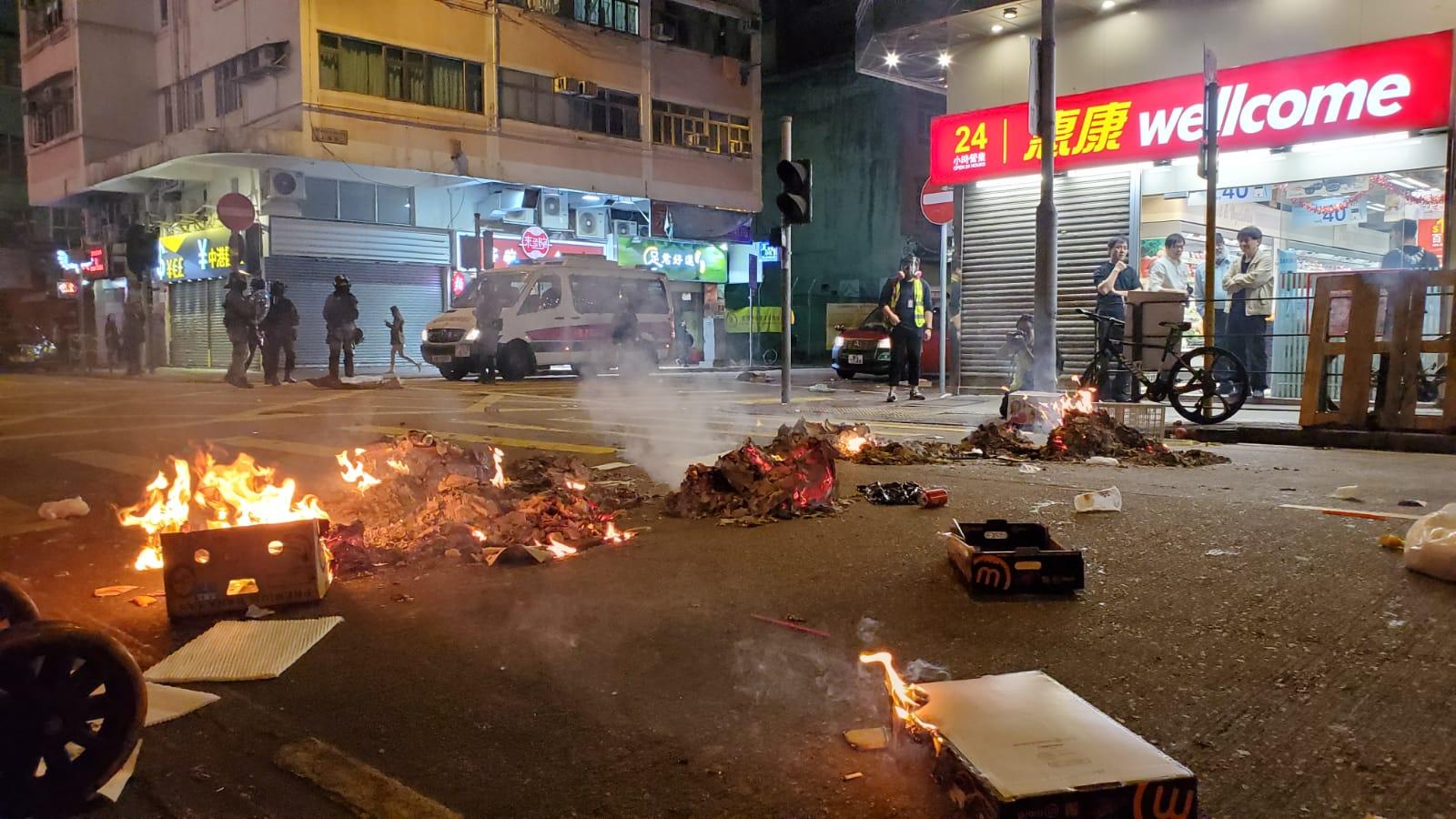 示威者曾堵路和縱火。