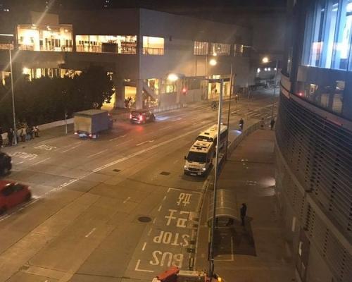 【修例風波】網民擬屯門V city聚集促交代 警車商場外戒備