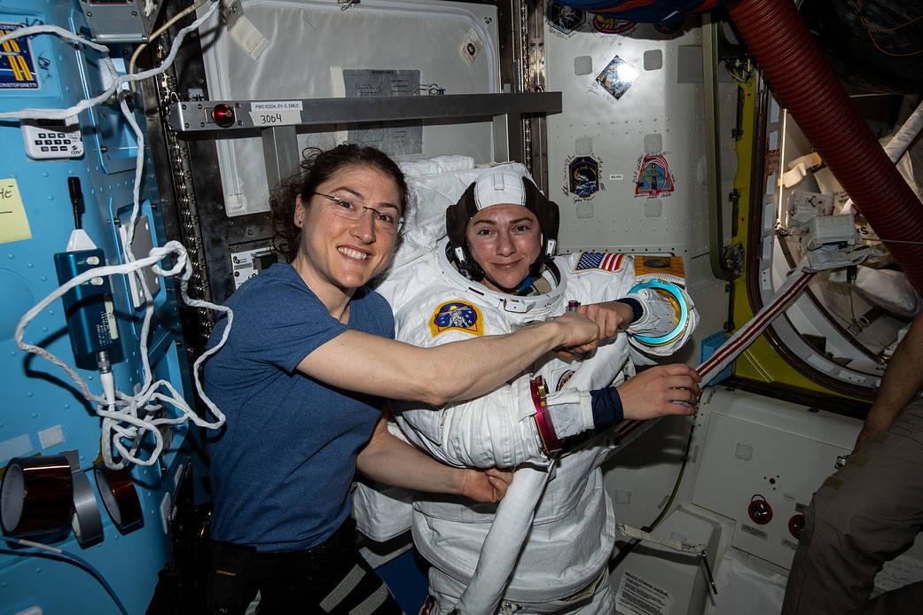 美国女太空人克里丝蒂娜‧科克(左)。NASA图