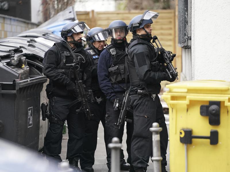德国柏林发生枪击案,大批警员在场戒备。