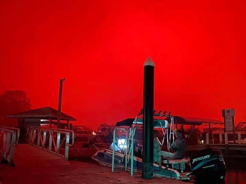 澳洲山火蔓延至沿海城市,马拉库塔被火包围,多达4千名的游客和居民被迫逃往海滩避难。(网图)