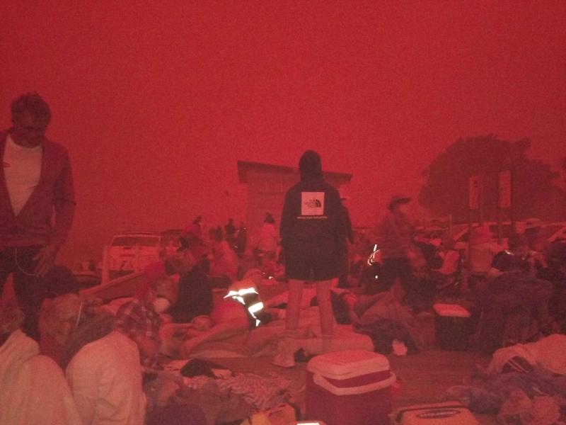 澳洲滨海渡假胜地马拉库塔遭火包围,不仅天空被火光烧成血红色,镇上近5,000名居民游客更被困海边,(网图)