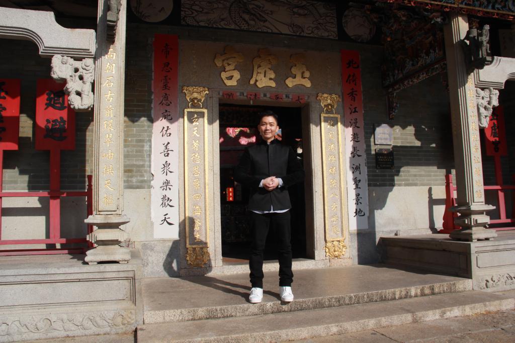 上月5日長洲發生地震,事後李博士親臨長洲北帝廟求籤問卜。