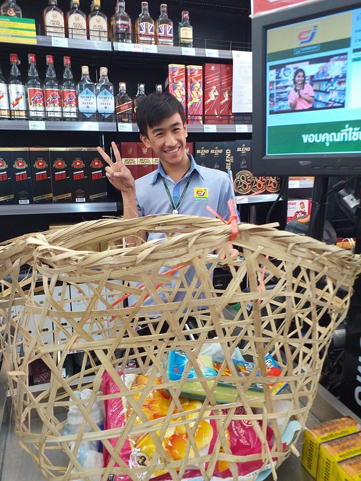 泰国民众以千奇百趣的方式取代胶袋。(twitter照片)