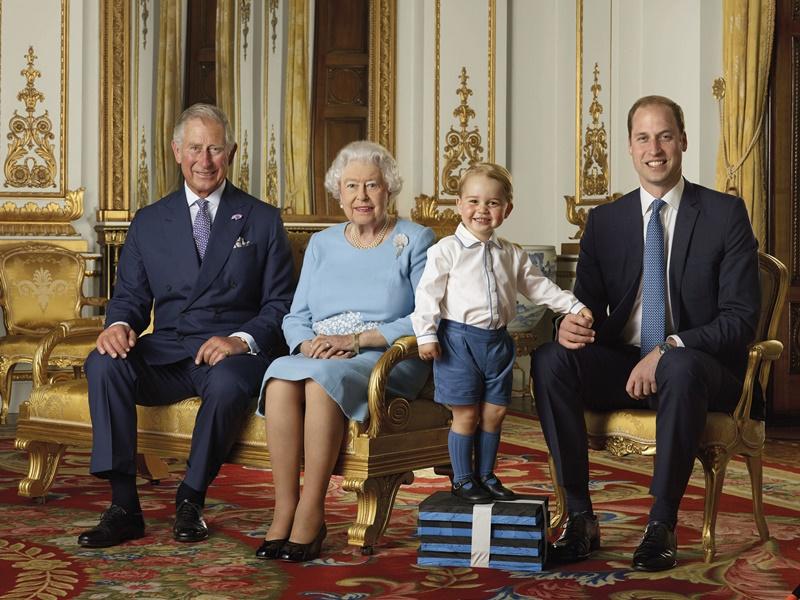 2016时乔治王子要用垫高拍。