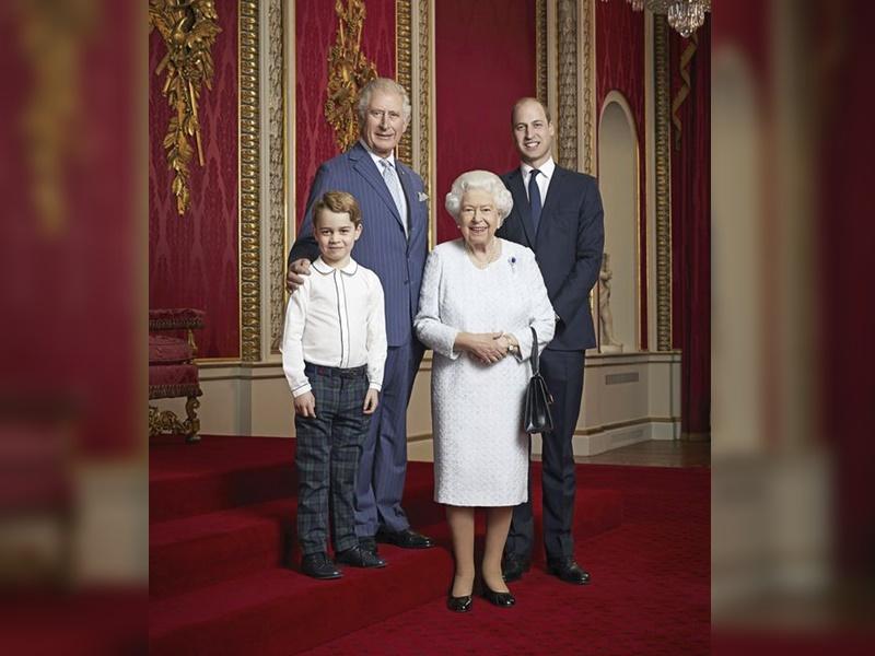 新照片中4人都站着可见乔治王子已长高了不少。