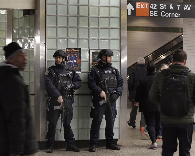 美国各地的城市都加强保安。