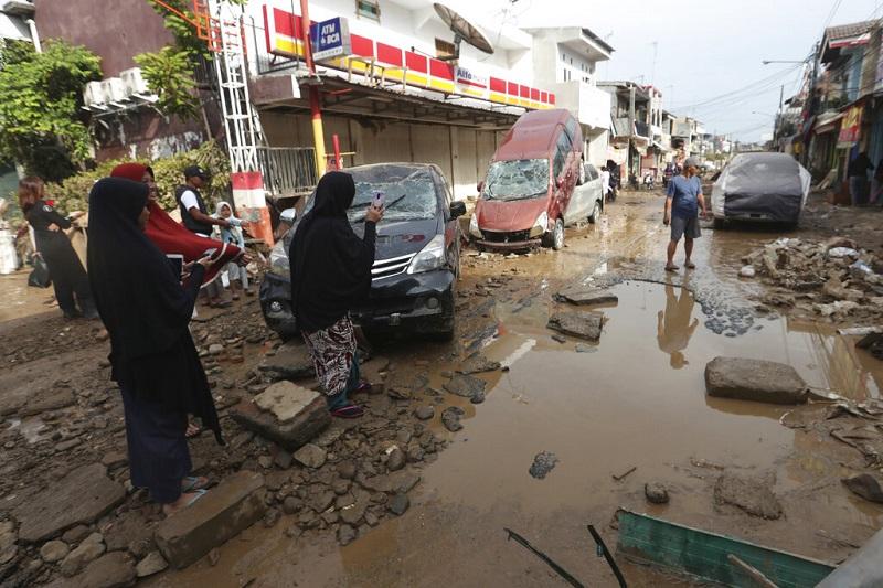 受洪水侵袭街道损毁严重。