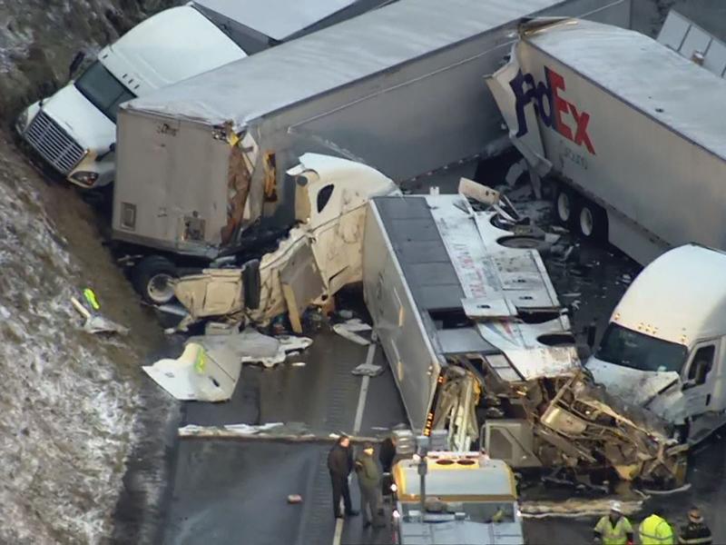 旅游巴在事故后全车翻侧,车祸还涉及三辆货柜车和一辆载客汽车。
