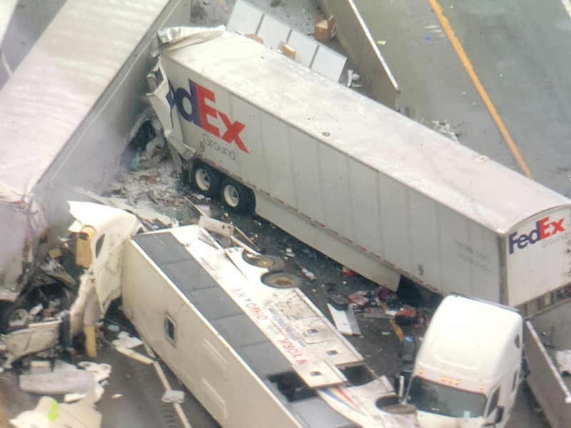 车祸中至少5人死亡、约60人受伤。