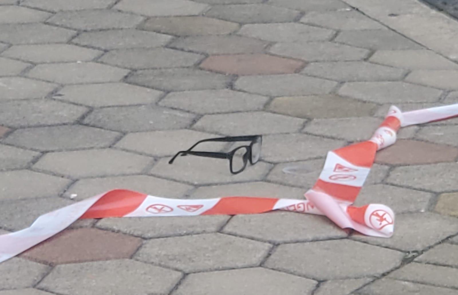 地下遺有一副眼鏡。林思明攝
