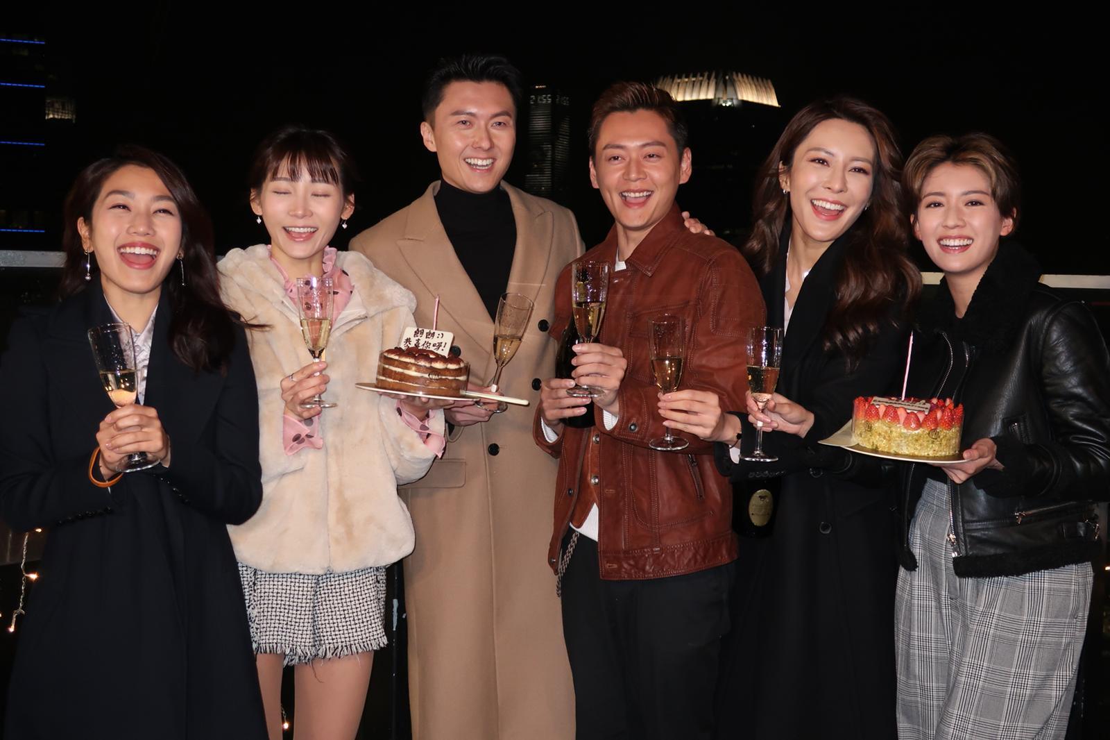 昨晚拍攝新劇《踩過界II》期間,眾演員突然送上蛋糕及香檳,還吻賀兩位「飛躍進步獎」得主。