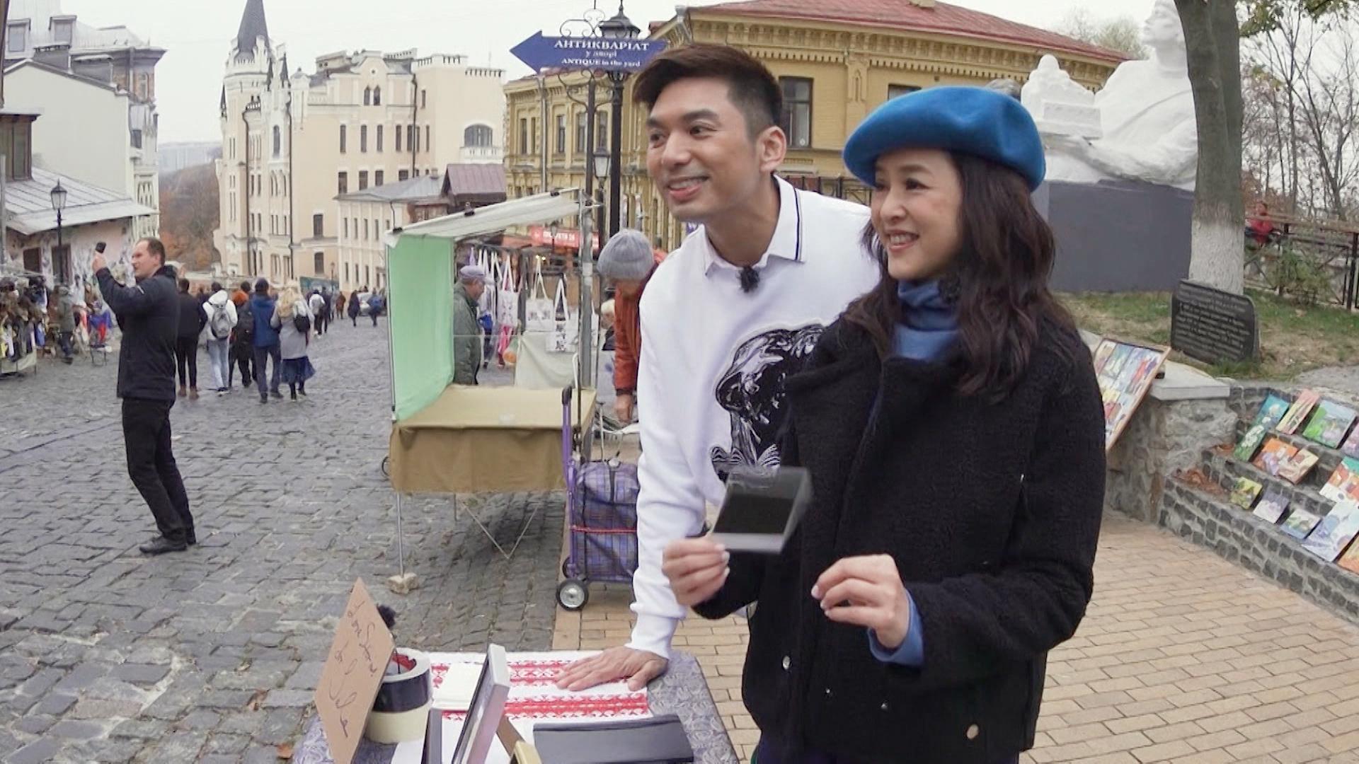 薛世恆和葉蘊儀在街頭擺檔售賣自己的「愛情遺物」。